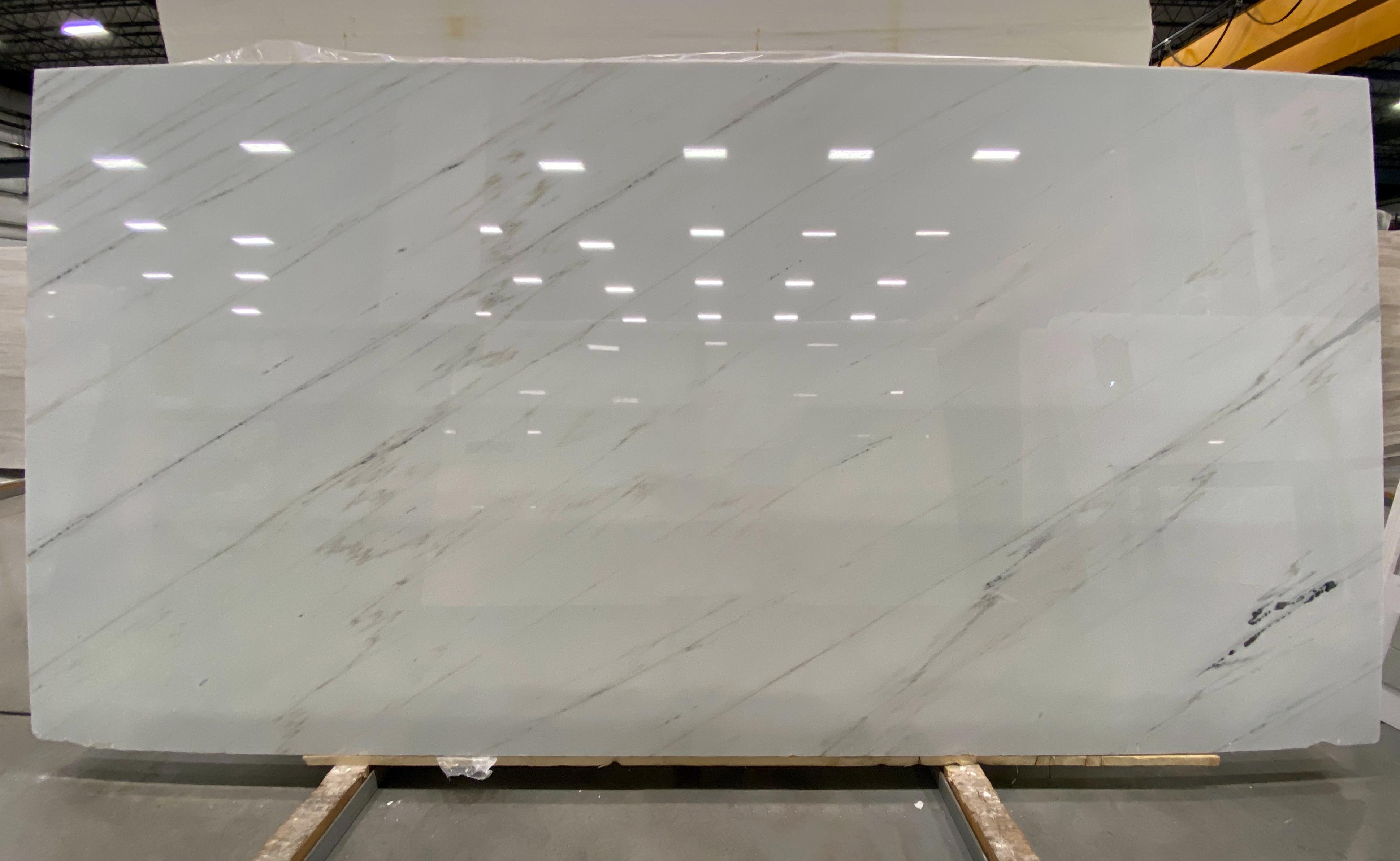 Calacatta Lincoln (P) 3/4'' Size: 125'' x 64'' Lot: 20038