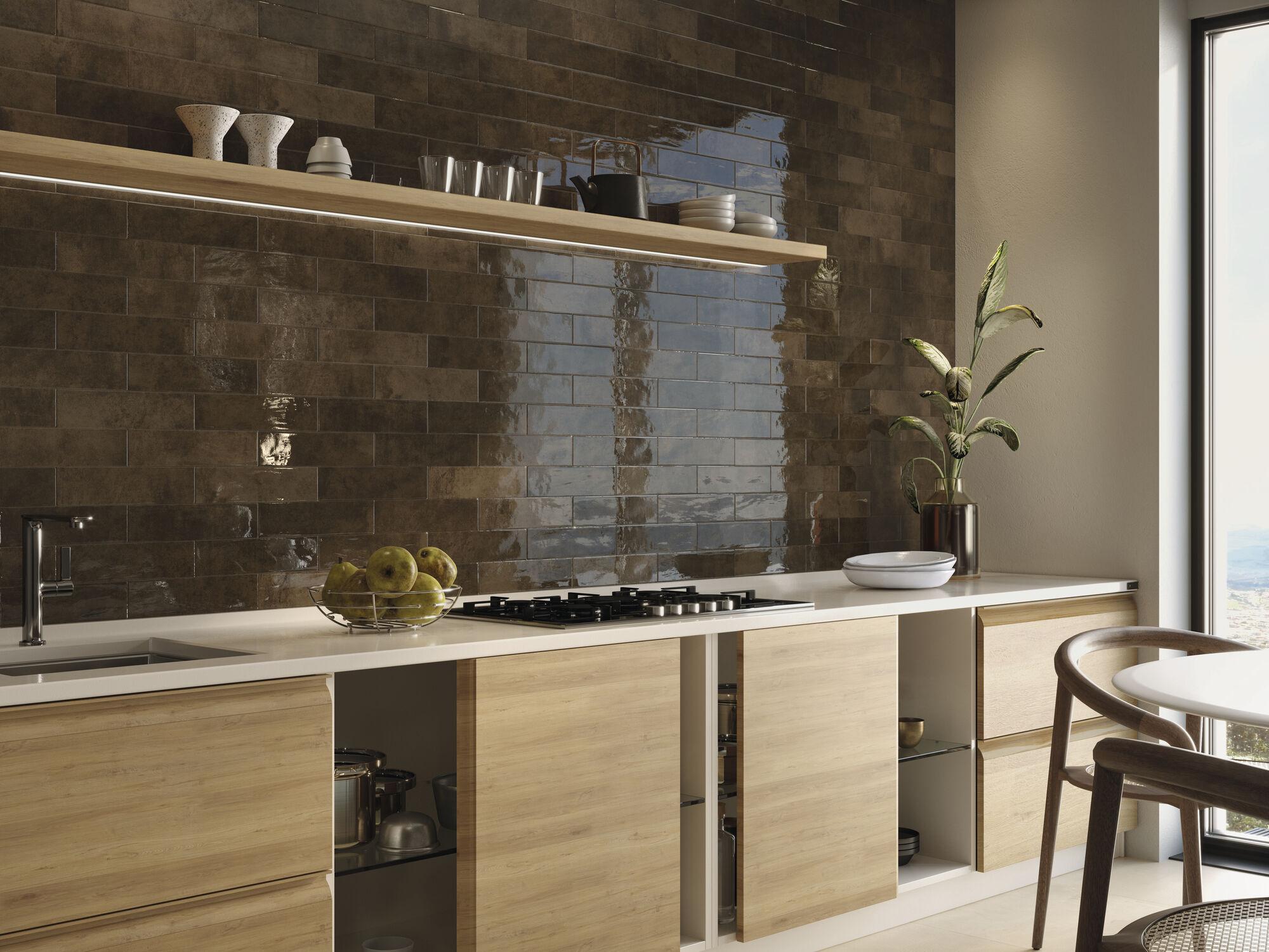 Gemstone Agate 7,5x30 cm. Pavimento Coverty 60x60 cm.