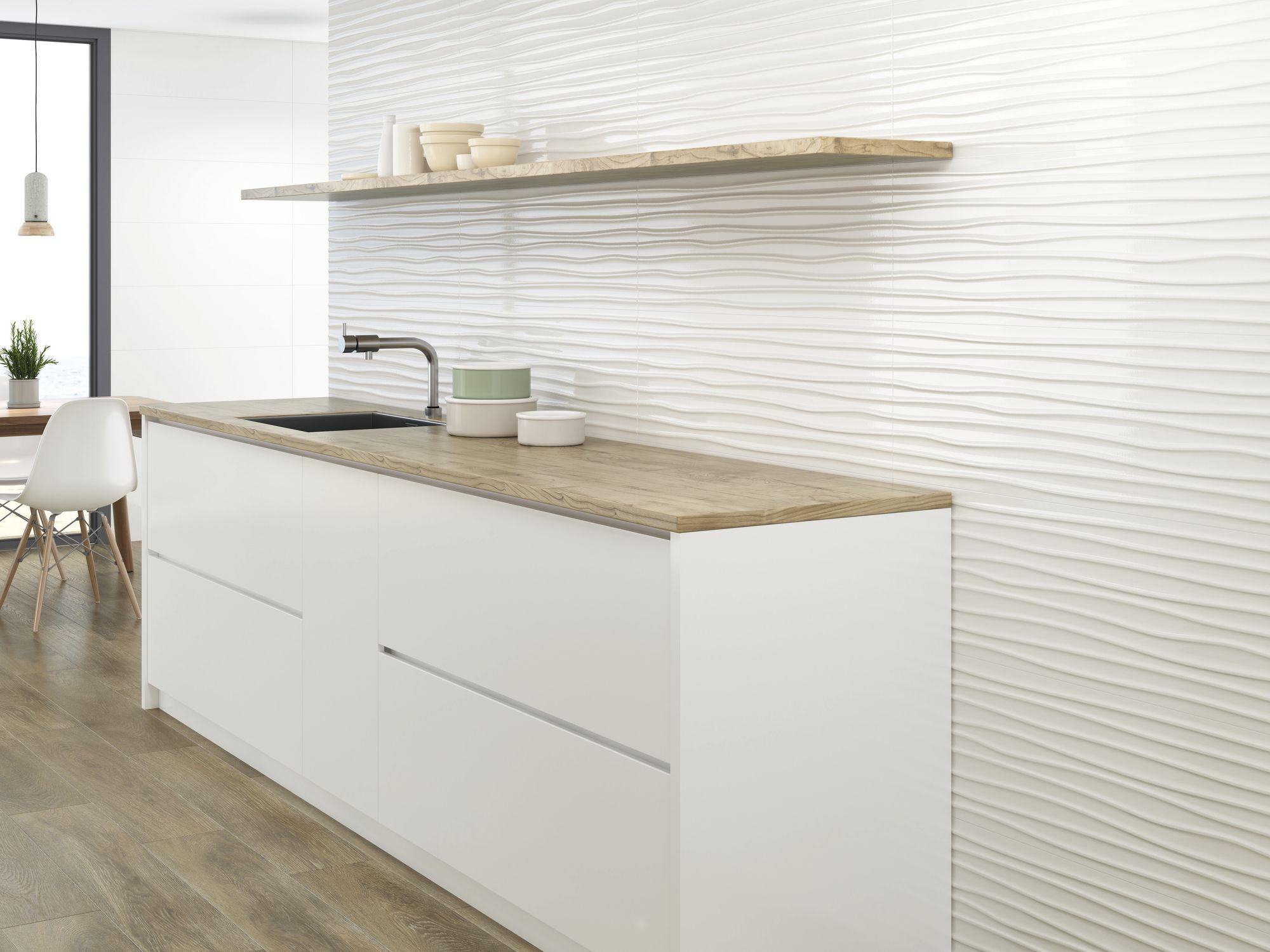 Blanco Brillo 30x90 cm. Relieve Wellen Blanco Brillo 30x90 cm. Pavimento Eleganza Roble 20 x 114 cm.