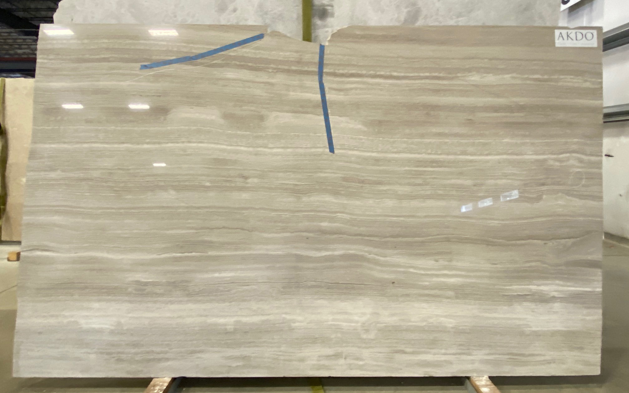 Cream Taupe VC (H) 3/4'' Size: 100'' x 33'' Lot: 16217